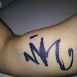 """""""Nik's autograf""""(den er tatoveret på hans arm)Lars Askov"""