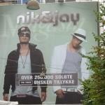 Dette banner hang på Magasin i KBHda Nik & Jay havde solgt over 250.000albums. Det var The Voice der havde fået sat banneret op