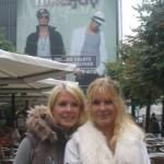 Soffi og hendes søster foran N&J banneret ved Magasin